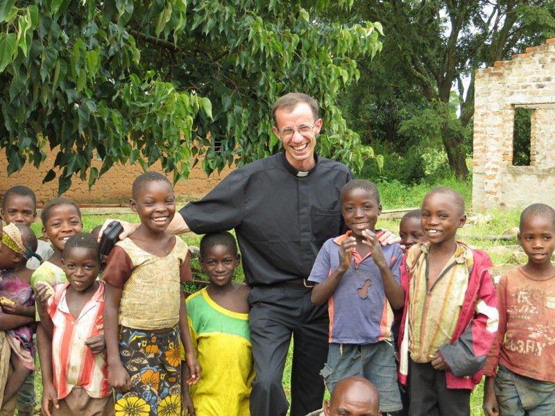 Padre Diego Cano, IVE con i bambini della missione in Tanzania
